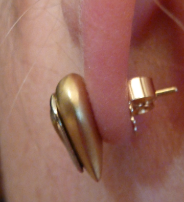 How to pierce an ear using earing